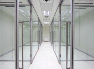 Avantajele ușilor glisante din sticlă